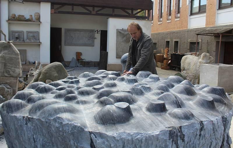 Více než šestitunový mramorový blok, původem z Horní Lipové v Jeseníkách, opracovává do podoby netradiční kašny o průměru více než dvou metrů akademický sochař Zdeněk Tománek z Břestku.
