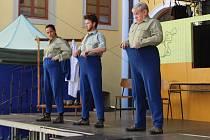Divadlo pecka zahrálo na Kolejním nádvoří v Uherském Hradišti retro komedii Normální debil 2.