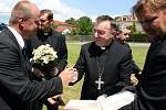 Na hřišti v Modré přistál vrtulník, na jehož palubě byl papežský legát, chorvatský arcibiskup Josif Bozić, s kardinálem Dukou.