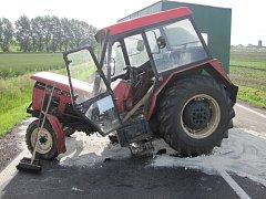 Traktor byl při střetu téměř rozpůlen.