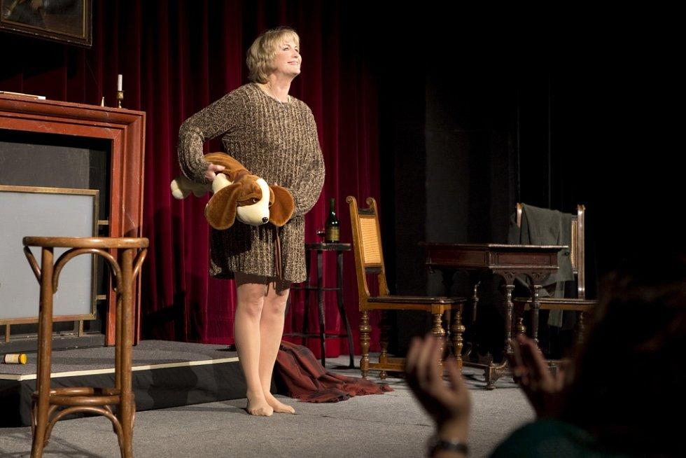 Eliška Balzerová v monodramatu Můj báječný rozvod na scéně Slováckého divadla.
