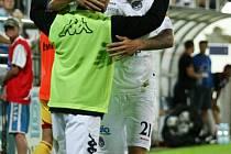 Milan Kerbr (žluté kopačky) přijímá gratulace od spoluhráčů.
