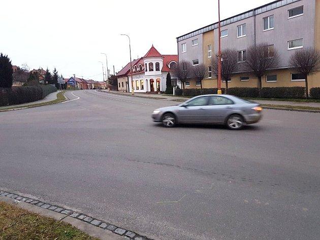 Na této křižovatce chybí řidičům naváděcí čáry.