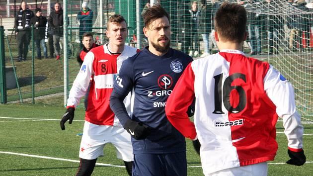 Fotbalisté ligového Slovácka (v modrých dresech) zvítězili na umělé trávě v Kroměříži 4:1.