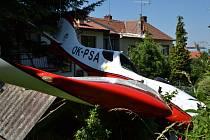 Letoun spadl do zahrady rodinného domu v Mařaticích poté, co se dostal do vývrtky.