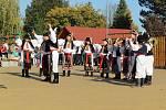ZVESELA. Vareálu základní školy pěli krojovaní slovácké písničky, tančili a radovali se zpěkného počasí.