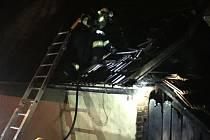Hasiči likvidují požár kůlny v Topolné na Uherskohradišťsku; neděle 4. října 2020