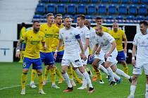 Fotbalisté Slovácka (bílé dresy) v sobotu doma vyzvou konkurenční Zlín.
