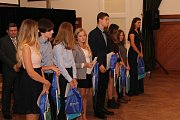 Ve velkém sále uherskohradišťské Reduty převzalo 63 žáků Základní školy UNESCO mezinárodní certifikáty znalosti anglického jazyka Cambridge.