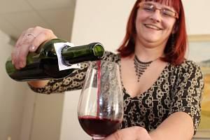 V místnosti vlčnovského Klubu sportu a kultury se uskutečnil už pátý košt vína se 104 vzorky.