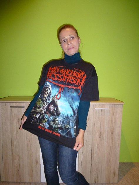 Dřív jsem měla rádana tričkách optimistické motivy. Od té doby, co je mým partnerem a otcem mého dítěte frontman death metalové skupiny, tak musím být loajální.