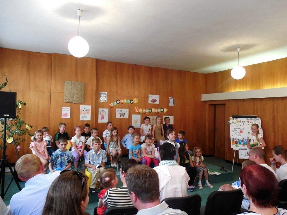 Školáci a předškoláci obohatili slavnostní zahájení výstavy kulturním programem.