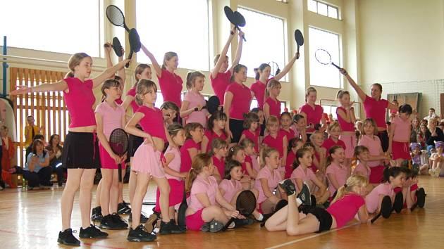 Pro milovníky aerobiku připravili organizátoři závody v Uh. Ostrohu, kterých se zúčastnilo téměř pět set děvčátek z regionu a okolí.