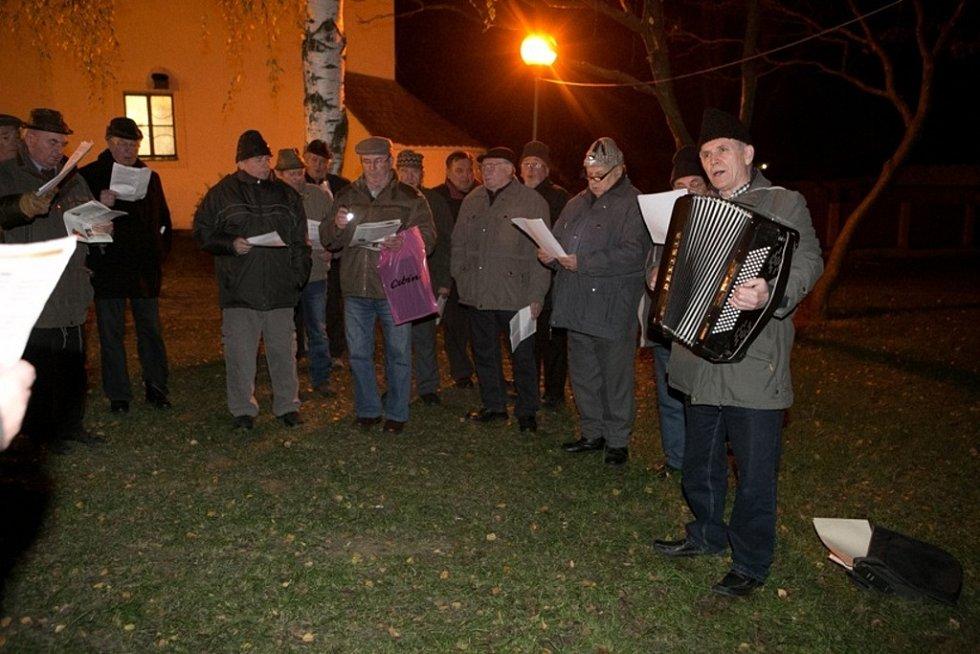K celorepublikové akci Česko zpívá koledy se připojili také V Hluku.