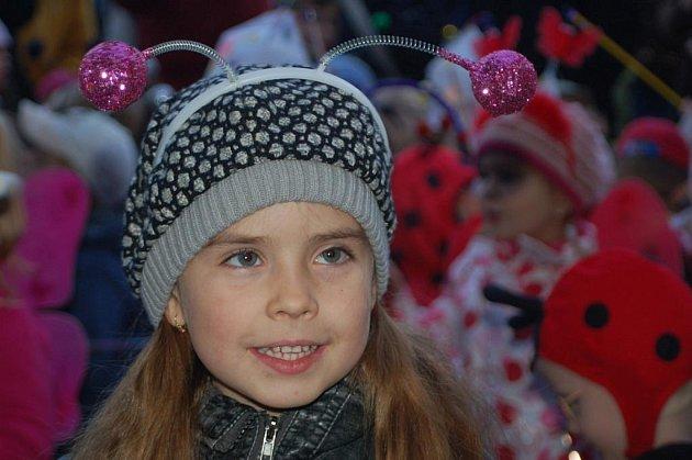 Děti s tykadly a lampiony zaplnily Masarykovo náměstí.