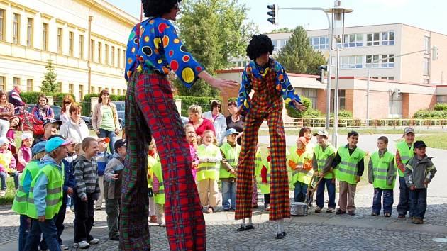 Nejzajímavější aktéři pouliční show Začarovaná brána byli klauni na chůdách.
