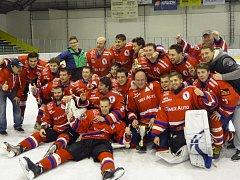 Zlatou tečku měla sezona hokejistů Uherského Hradiště. Po utkání v Kroměříži převzali pohár pro vítěze play-off Zlínského kraje.