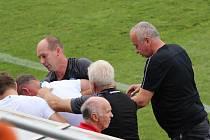 Trenér Slovácka Martin Svědík se po druhé brance svého týmu skácel u domácí lavičky k zemi.
