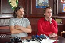 Emir Kusturica (vlevo) na tiskové konferenci v restauraci hotelu Šarovec.