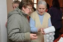 Marie Lekešová (vpravo) ukazuje staré krajky.