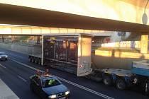 Vskutku na fous měli změřenou výšku nákladu řidiči dvou tahačů, kteří před několika dny převáželi na korbách rozměrné strojírenské součásti.