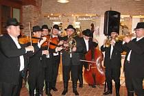 HRAJÍ DO ROZTRHÁNÍ. Muzikanti ze Štrajchkapely z Kněžpole vkládají do hry duši i srdce.