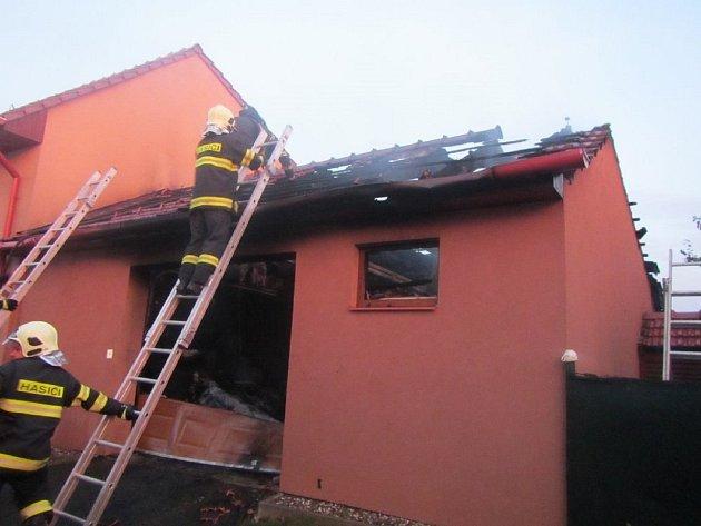 V Traplicích hořela garáž u rodinného domu, škoda byla 900 tisíc korun.