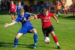 Fotbalisté Uherského Brodu se doma v přípravě utkali pouze se Všechovicemi. Na snímku Marek Mančík (v červeném dresu).
