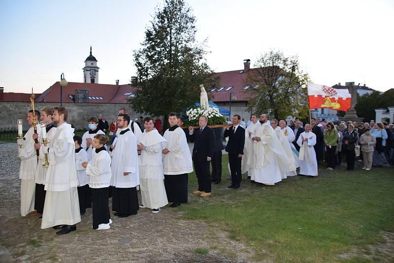 Růžencová pouť 2021. Průvod se soškou Panny Marie a se svícemi.