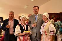 Premiér Petr Nečas v Galerii Joži Uprky, společně s jejím majitelem, Zdeňkem Zemkem (vlevo).