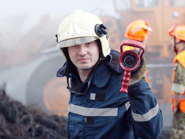Hasiči likvidovali řádění plamenů dvaasedmdesát hodin. Denně se na místě vystřídalo až sto padesát mužů.
