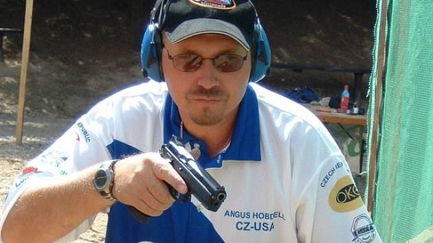 Angus Hobdell a jeho CZ 75 SP-01.
