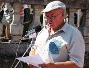 Miloslav Hrdý hovořil k lidu ze zámeckých schodů.