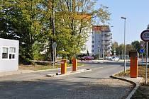Původní vjezd do Uherskohradišťské nemocnice bude zanedlouho sloužit jen chodcům a cyklistům.