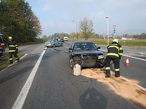 Zranění řidičky si v sobotu 20. října krátce před 10. hodinou dopoledne vyžádala dopravní nehoda, při níž se na silnici I/50, přímo mezi dvěma čerpacími stanicemi u Buchlovic, střetla dvě osobní auta.