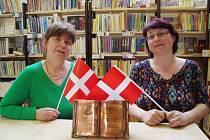 Mirka Čápová (vlevo) a Hanka Hanáčková si z dánského Odense přivezly bronzovou plaketu za akci Noc s Andersenem.