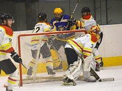 Hokejisté Uherského Ostrohu (v bílém) přivítali v krajské lize Uherský Brod. Z výhru 7:6 na nájezdy se v derby radovali hosté.