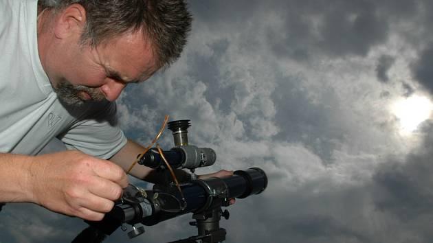 Pozorování částečného zatmění Slunce na uherskobrodské hvězdárně.