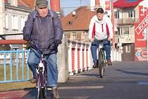 Kamínky dělají cyklistům potíže i na moravním mostě.