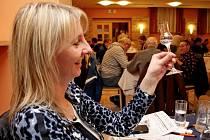 V hotelu Skanzen Modrá zasedlo v pátečním večeru k posouzení 333 vzorků destilátů 63 porotců a porotkyň.