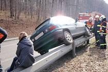Podnapilá řidička předvedla téměř kaskadérský kousek, při němž dokázala dostat své auto až na svodidlo u silnice.