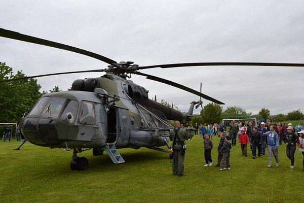Uctění památky Oldřicha Pechala vOsvětimanech zpestřil přílet vrtulníku.