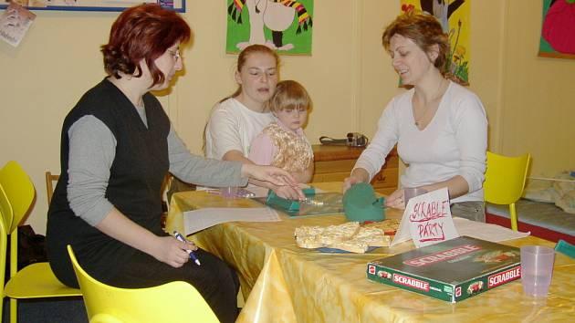 Od mateřských povinností si mohou ženy odpočinout i hrou scrabble.