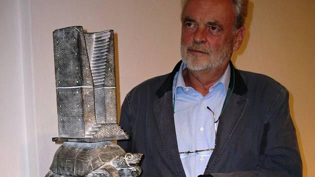 Uherský Brod. Ivan Theimer přijel v pátek 14. září do města Komenského zahájit trojici výstav svých děl a zavzpomínat, jak na tamním Masarykově náměstí před 20 lety odhaloval svůj bronzový obelisk Via Lucis (Cesta světla).