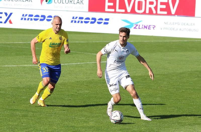 Fotbalisté Slovácka (bílé dresy) zakončili ligovou sezonu v derby se sousedním Zlínem.