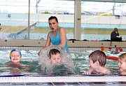 Pro děti z poloviny mateřských škol v regionu začal v tomto týdnu kurz výuky plavání. V pondělí 5. března dorazilo do hradišťského aquaparku i sedmnáct předškoláků z Mateřské školy Pod Svahy.