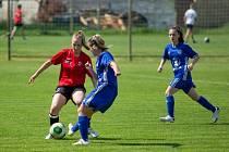 Fotbalistky Uherského Brodu (červené dresy) ovládly nedělní turnaj Gazda Cup.