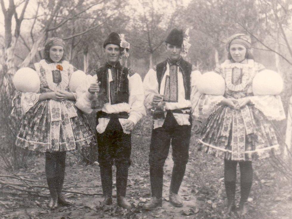 Stárci na Zlechovských hodech v roce 1957.