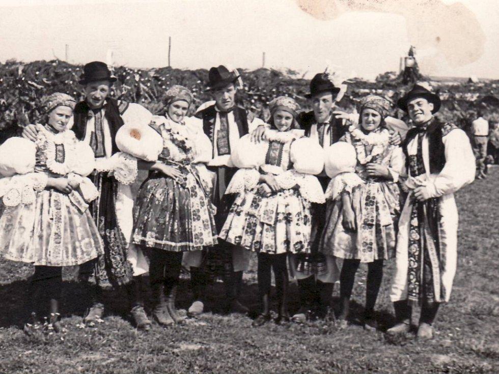 Dožínky v Kostelanech nad Moravou v roce 1946.