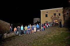 NOC NA HRADĚ. Při tajuplné noční procházce hradem Buchlovem si mohou návštěvníci užívat hraných veselých i vážných pověstí.